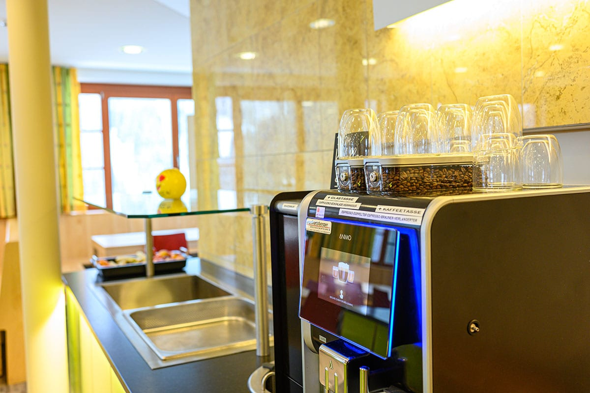 Kaffeemaschine - Großer Speisesaal im Jugendhotel Saringgut, Wagrain, Salzburg